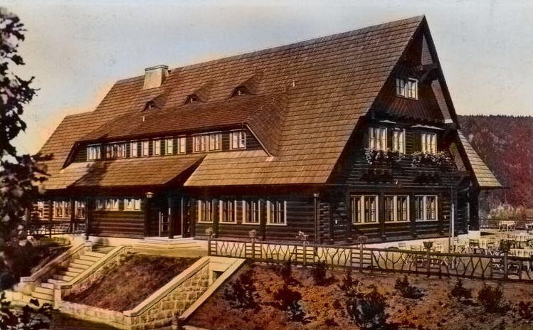 Budynek nieistniejącego schroniska wybudowanego przed II wojną światową. Do dziś pozostał tylko fundament.